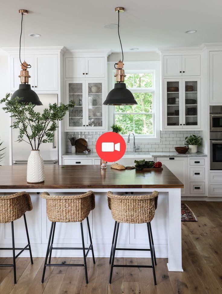 Moderne Landhauskche Blanc Kcheninsel Tabouret De Bar En Rotin Landhausbar Meubles Home Decor Kitchen Farmhouse Kitchen Countertops Kitchen Design Countertops