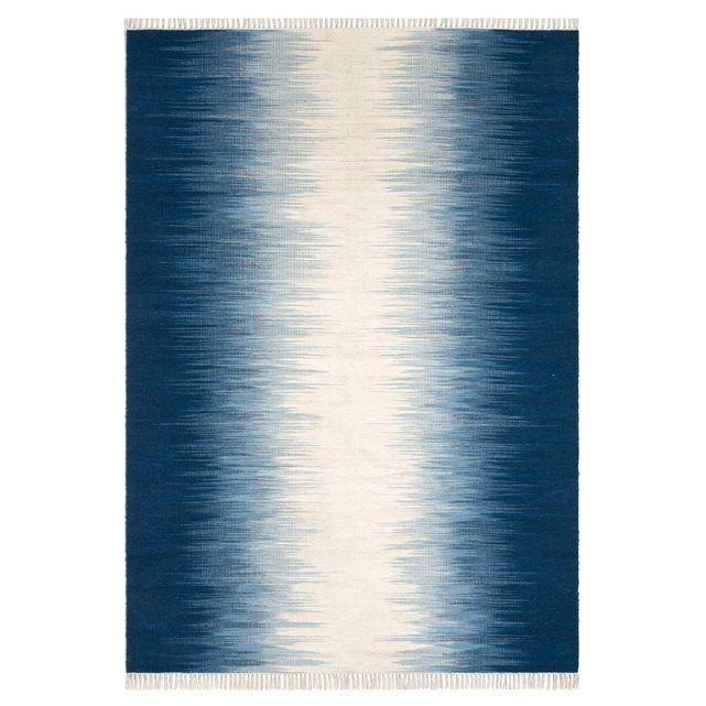 Le tapis Lilus. Avec son motif traditionnel Ikat modernisé en bleu et beige, il apportera couleur et chaleur à votre intérieur… Tissé à plat (épaisseur inférieure à 0,5 mm), il est facile d'entretien car il s'aspire aisément.Isolant thermique et phonique naturel, le tapis recompose l'espace, réchauffe une pièce, crée un sentiment de bien-être, de confort. C'est un élément de décoration qui apporte style et ambiance.  Composition :- Tapis en 80% laine, 20% cotonCaractéristiques :- Type de…