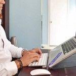 Ο σωστός τρόπος να κρατάς το laptop!