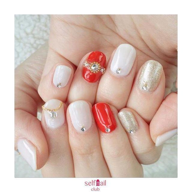 (@jiehua_nail)さんの、 「クリスマスリングネイル」を紹介します💅🏻 . 〜やり方〜 ①ベースを塗る ②赤は1度塗り、ゴールドはラメが細かいものを爪が透けないくらいに3度塗りしてます。他の指はクリアホワイトを2度塗りします。③左手の薬指は指輪、右手の人差し指はネックレスのイメージで、ストーンやスタッズを配置する。 ④他の指の根本にストーンとスタッズを置く。 ⑤トップコートを塗って完成 . 〜使用したもの〜 ・ベースコート、トップコート、カラージェル(赤、クリアホワイト、ゴールドラメ)、ストーン、スタッズ . 〜ポイント〜 爪先にも指輪をはめてみました💍カラージェルやスタッズなどは100均や安いものを使ってるので、簡単に出来ますよ✨ . 《セルフネイル部編集部からのコメント💅🏻》 クリスマスの夜は皆様なにをして過ごされていますか?🎄クリスマスカラーといえばホワイトやレッドですよね🎉素敵なクリスマスネイルですね💅🏻🎅
