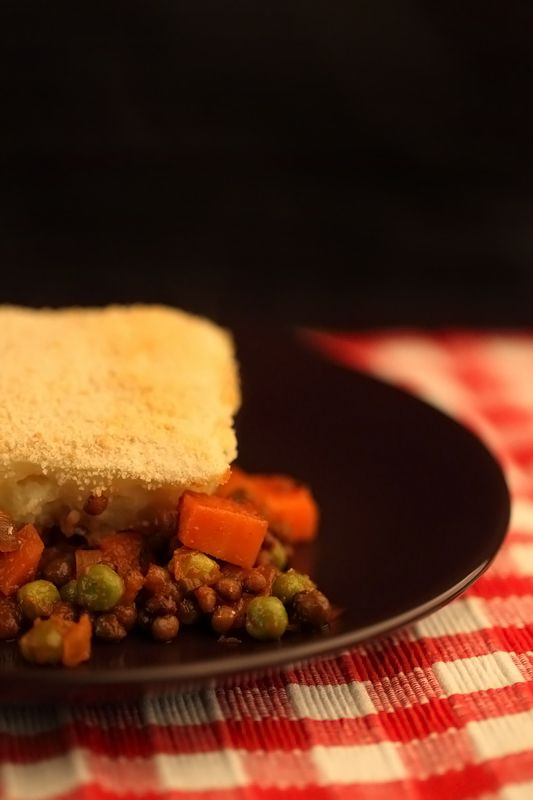 Shepherd's pie is een Engelse ovenschotel. Van origine is vlees een hoofdbestanddeel, maar dit is een heerlijke vegan versie met wintergroenten en linzen.