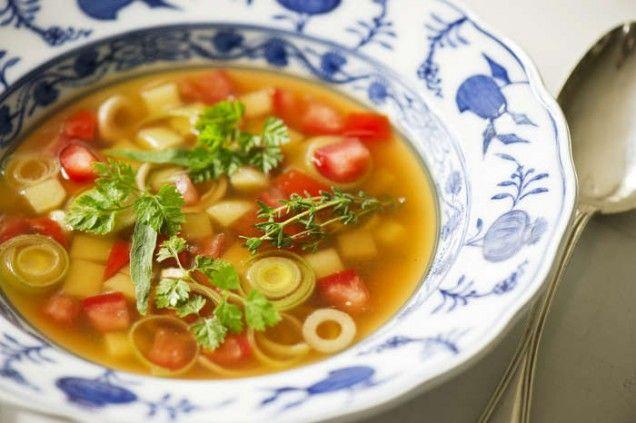En vegetarisk smal soppa med massa goda grönsaker.