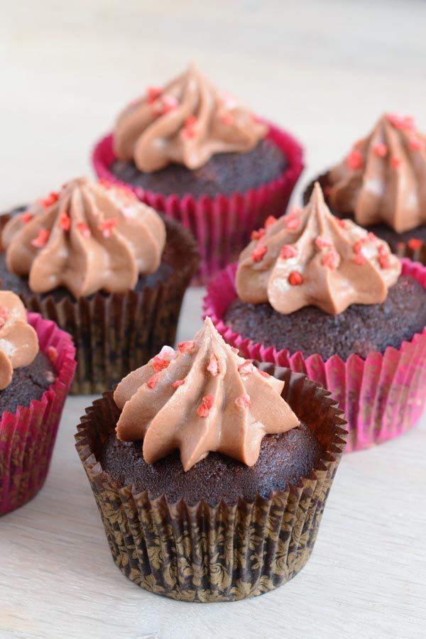 Svampede chokolade cupcakes med chokolade frosting og frysetørrede jordbær.