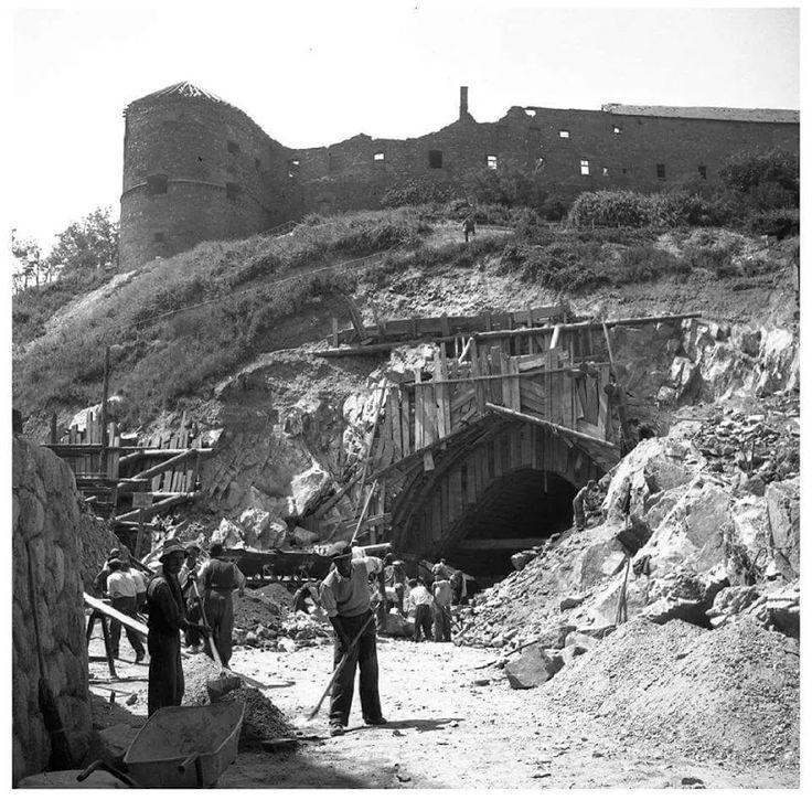 Fotka: Výstavba tunela pod Bratislavským hradom.  #Slovakia #Bratislava #oldTimes #BratislavskyHrad #tunel