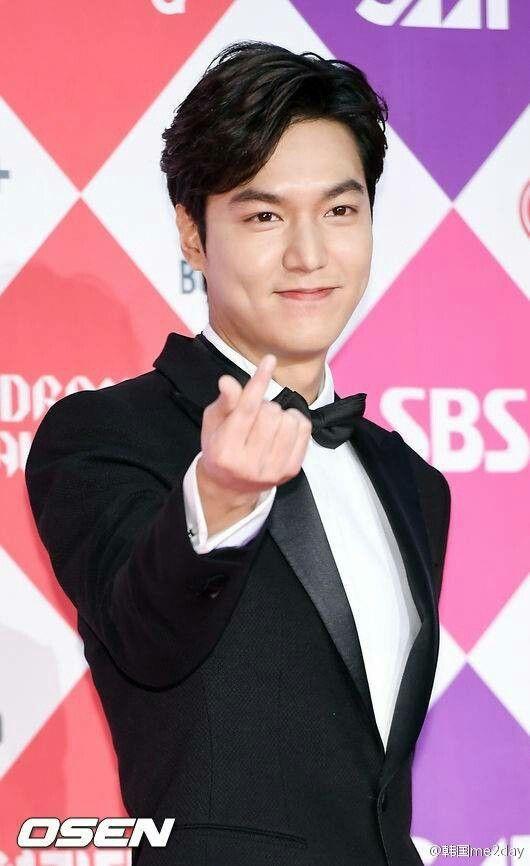 #LeeMinHo en la alfombra roja de los SBS Drama Awards. (Diciembre/ 31/16) Cr.logo