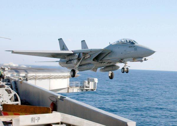 原子力空母セオドア・ルーズベルトのカタパルトから射出された直後のF14D。このカタパルトは、航空機をおよそ時速270㎞で弾き出す能力を持つが、それだけでは十分な飛行速度に達しない。写真のF14も機体がデッキの端から海面方向に少し落ち込んでいる。パイロットはここからフルスロットルで機体を上昇させなければならない=2003年2月26日、地中海【AFP=時事】