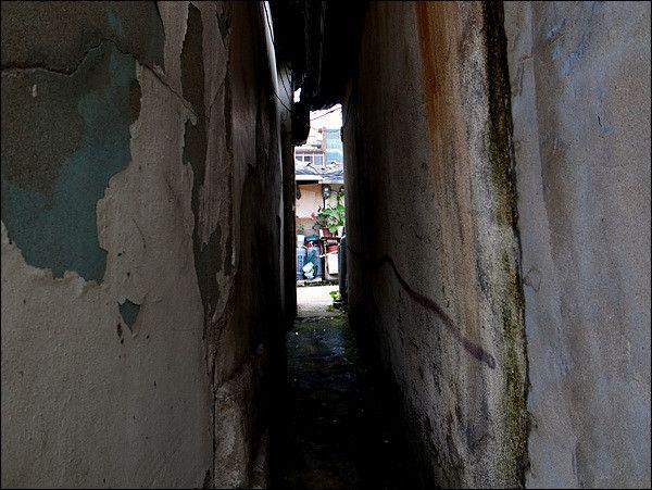 Bigkorean @toobok / 아이 하나 지나가기도 좁은 골목길, 그 길을 벗어나면 밝고 넓은 세상이 펼쳐지면 좋겠습니다.. 이 사진을 보는 트친님들, 지금의 삶이 행복하지 않으십니까?.. / #골목 #골목길 / 2012 09 16 /