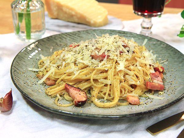 Pasta carbonara på Paolo Robertos vis. Äkta italiensk carbonara med rimmat fläsk och mycket parmesan och pecoriono. Ingen grädde här inte.