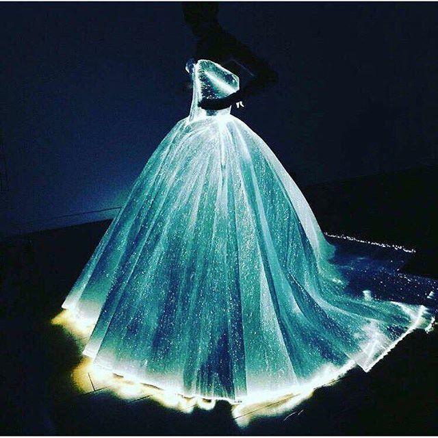 年に一度、NYのメトロポリタン美術館で開催される女優やモデル、ファッション業界関係者などの世界中のセレブが集結する華やかすぎるモードの祭典「METGala」。今年のテーマは「テクノロジー時代のファッション」ということもあり、多くのセレブリティたちが近未来的ファッションで身を包みました。