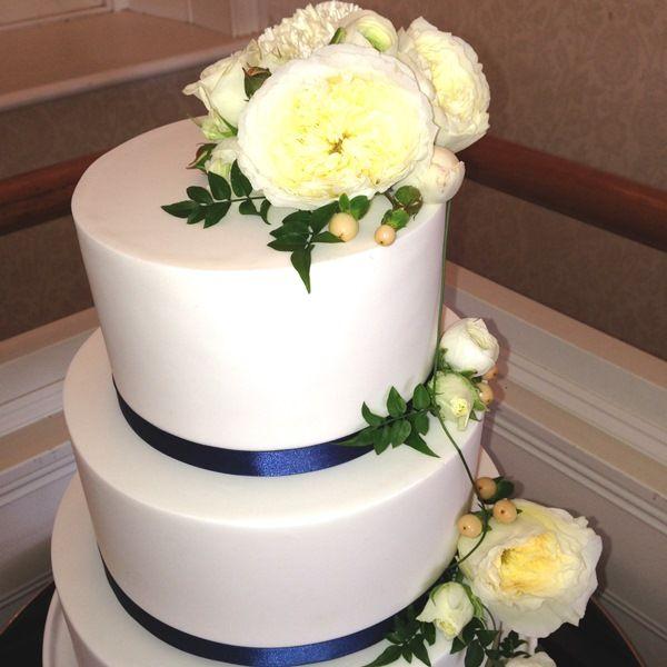Wedding cake and flower decoration. For more wedding flower designs go to www.naomijones.com.au.