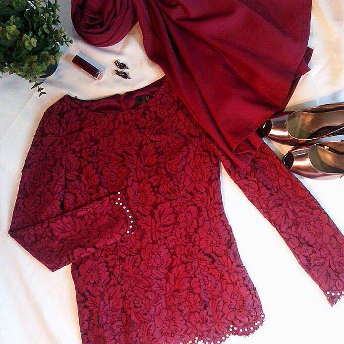 Happy Friday dearies! Do you love this elegant yet glamorous outfit that we've ready for you with warm red tone and a touch of sophistication of bronzy metallic heels?  . .  Express your refined taste for the weekend with a pop of #red in this modernized Baju Kurung Mini. . .  Vercato.com   VERCATO Daly    FREE Delivery (limited time promo) . .  For Inquiries/Order: WhatsApp to 6011-26600313 or E-mail to info@vercato.com . #vercato #bajukurung2016 #kurungmoden #bajukurungmoden #bajukurung…