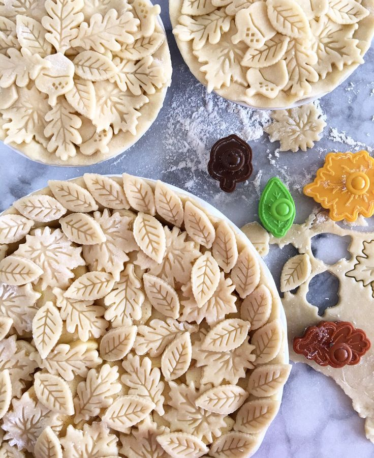 It's turkey day at our house today. Had some fun decorating our apple pies with the 'Ultimate Fall Pie Crust Cutter Set' that my wife picked up at Williams Sonoma this week. The house smells so good! 🍎🍂🍏🍃🍎🍂🍏 #HappyThanksgiving 🇨🇦 #mywilliamssonoma