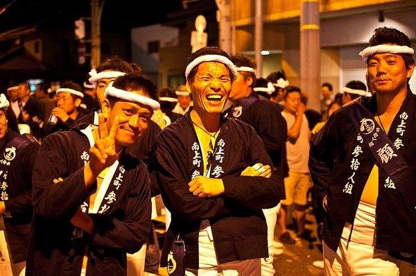 小不点关于 大阪 娱乐的梦想 收藏,描述内容为:岸和田だんじり祭,大阪无人不知的节日。每年9月14、15号两天男子汉们会敞胸露乳拉动重达几千公斤的车,车顶还有人嘶喊,围观共度节日的观众也是一个比一个high