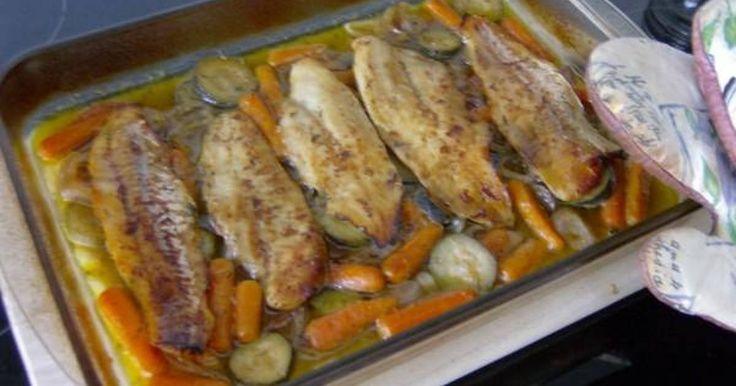 Εξαιρετική συνταγή για Φιλέτο βακαλάου με κρασί, μέλι, μουστάρδα και θυμάρι. Μμμμμμμ μοσχοβόλισε το σπίτι! Φιλέτα βακαλάου στον φούρνο με λαχανικά και ψημένα σε κρασί χωρίς καθόλου νερό! Λίγα μυστικά ακόμα Μπορείται να το συνοδεύσετε με μια δροσερή σαλάτα με μαρούλι και ρόκα. Και παγωμένο κρασάκι φυσικά!Καλή επιτυχία και καλή σας όρεξη!Eυχαριστούμε τον ggr για τις φωτογραφίες βήμα βήμα.