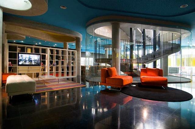 Hall del Hotel Acta Mimic. Gran espacio para tu tiempo libre. Sillones confortables si tienes que esperar y otras comodidades.