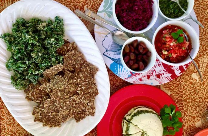 Ferments ferments everywhere! . . 🌱 Fermented Almond Cheese 🌱 Kraut-containing crackers 🌱 Ranch Kale Chips 🌱 Purple Kraut as a side (in the soup) . 🌱 Chimichuri, Pico de Gallo, Kalamatas