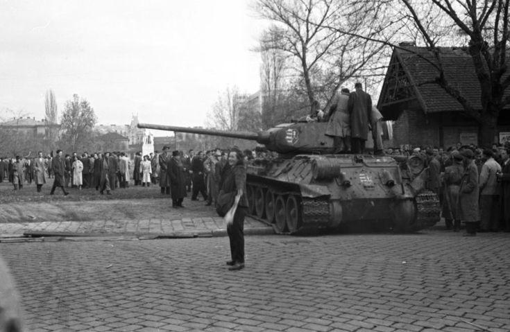II. János Pál pápa (Köztársaság) tér, háttérben a Baleseti kórház és az azóta már lebontott Nemzeti munka szobra. T34/85 típusú harckocsi.