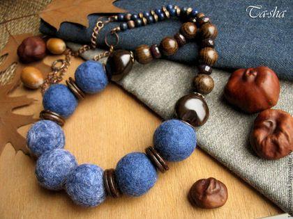 """Бусы """"Чернослив в шоколаде"""" - это украшение на каждый день. Гармоничное сочетание темно-синего войлока и дерева подойдет и юным девушкам, и зрелым дамам. Бусы выполнены из крупных войлочных бусин, свалянных из шерсти, в оригинале этот синий приглушенный цвет называется """"джинс"""", также я взяла для центральных бусин мульти цвет синий с проседью. В дополнение к войлоку в бусах использованы экзотические орехи кукуи шоколадного цвета, натуральное дерево, агат кракле"""