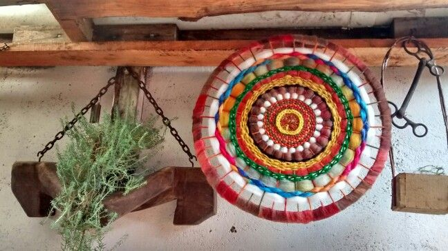 Telar hecho en tapa de canasto plastico..hecho por Blanka....(reciclado)