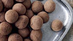 lakridsmarcipan 200 g god marcipan 2-3 tsk. lakridspulver, f.eks. Raw 30 g lakridspulver, f.eks. Raw 20 g kakao