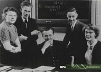 Onderwijzend personeel O.L.school v.l.n,r. 1. mej. C.v.d.Sluis, 2. onbekend, 3. Hoofdonderwijzer G.Reinders, 4. C.Voorthuizen en 5. mej. H.v.Hinten. Dateringca.1953. Nummer0690-Gr_Bu_216