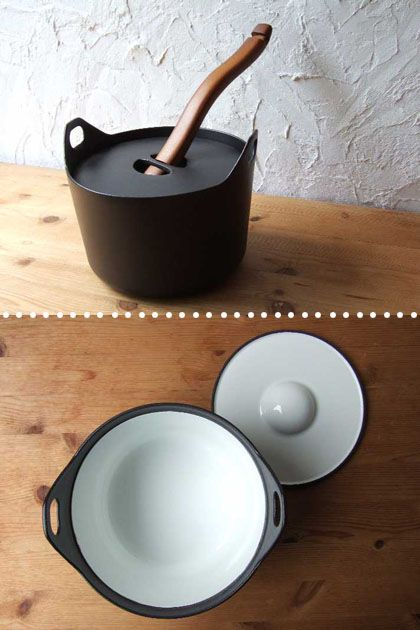 Timo Sarpaneva - Casserole pot by Timo Sarpaneva. Cast iron. You can use the wooden handle to carry to pot to the table and to lift the lid up. A classic. In black and red with white interior.