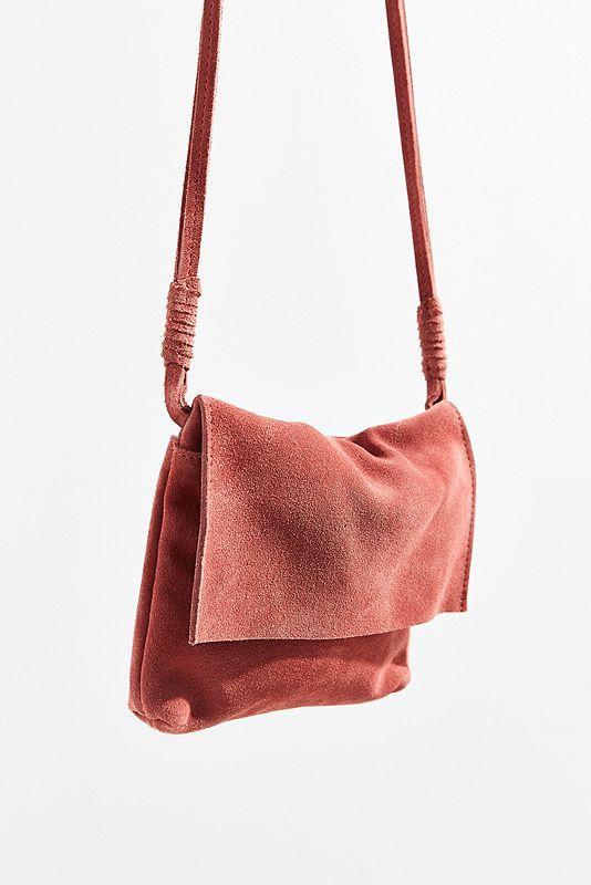 58831d256c4bf6 Diese exklusiv bei Urban Outfitters erhältliche Umhängetasche aus Wildleder  sorgt für einen lässigen Boho-Style. Das lässige Modell mi…   Taschen Damen  ...