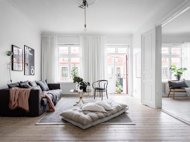 sofa gris tela piso sueco estilo escandinavo Estantería String Pocket decoración nórdica chimenea sueca