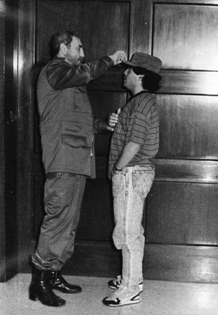 Fidel Castro regala su gorra a Diego Maradona y se la coloca, La Habana, 28 de julio de 1987