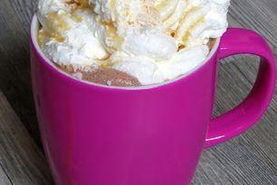 Heiße Schokolade mit Kokosmilch, Karamellsirup und Kokosraspeln
