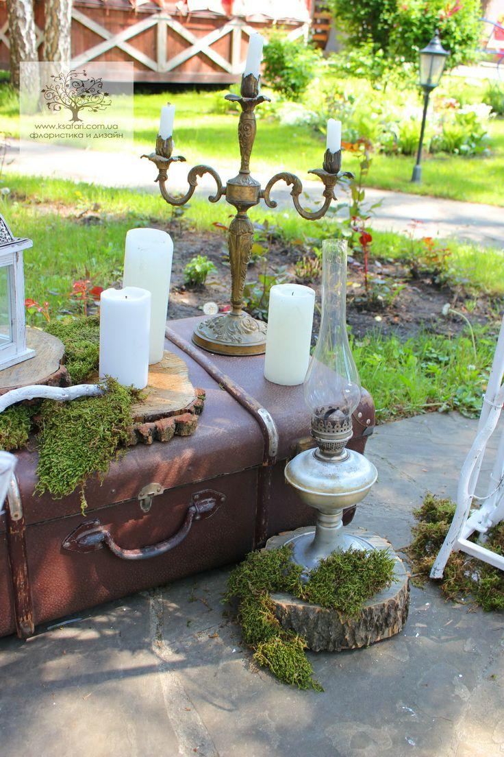Свадьба в стиле рустик. Декор фотозоны .Старинный чемодан, керосиновая лампа, мох,спилы дерева,свечи.