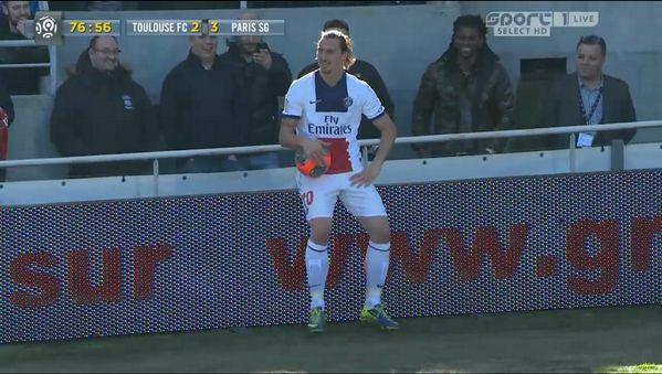Zlatan a même eu le temps de prendre la pose en plein match - http://www.actusports.fr/90748/zlatan-meme-eu-le-temps-de-prendre-la-pose-en-plein-match/