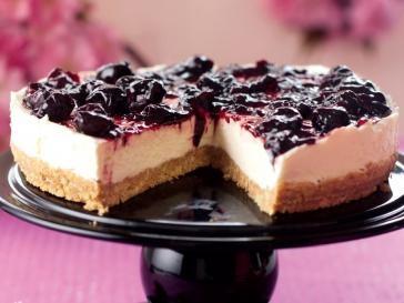 Čerešňový cheesecake (nepečený) - Suroviny:   125 g sušienok,  75 g zmäknutého masla,  300 g jemného tvarohu,  60 g práškového cukru,  1 lyžička vanilkového extraktu,  ½  lyžičky citrónovej šťavy,  250 ml smotany na šľahanie,  1 balenie (284 g) čerešňového džemu