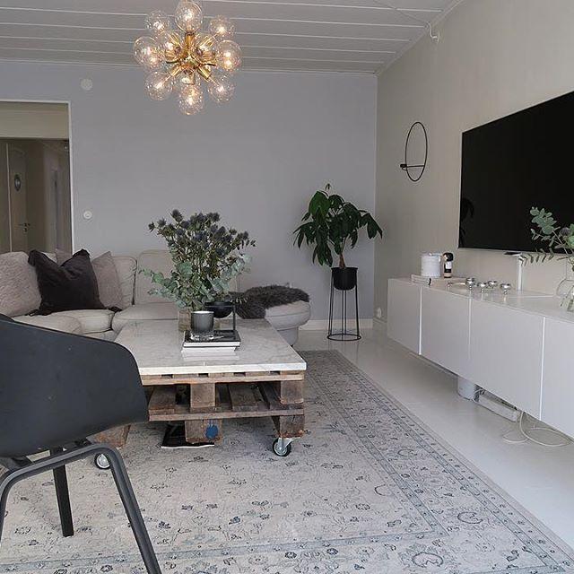 Fri-yay  Have a nice one  - - - - - - - - - - _______________________________________________________ #homeadore#vardagsrum#nordicliving#interior_delux#lovelyinterior#tvrum#delmittbilde#homeinspiration#interior4inspo#inredning#interior4you1#mrscarlissa#kajastef#casachicks1#inspirasjon#haydesign#prints#bolig#decoração#marbletable#interior9508#inspoweekend#marmorbord#blommor#inspobycaroline#vakrehjemoginterior#modernhome#follandinspo#miennasverden#inspotoyourhome @inspotoyourhome @interi...