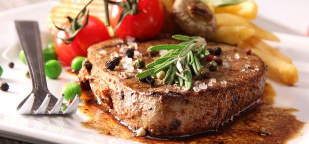 Ein Steak wird es dann zum echten Genuss, wenn es perfekt gebraten wurde. Hier erfahren Sie, wie Sie Steaks braten, damit das Fleisch auf den Punkt medium ist.
