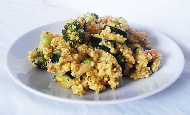Kasza jaglana z warzywami Jest to jeden z najszybszych obiadów – wystarczy ugotować kaszę i wymieszać ją z podsmażonymi warzywami. Wybór warzyw jest szeroki, jednak ja najchętniej łączę cukinię, brokuła oraz pomidora, a do tego dodaję również cebulę :)