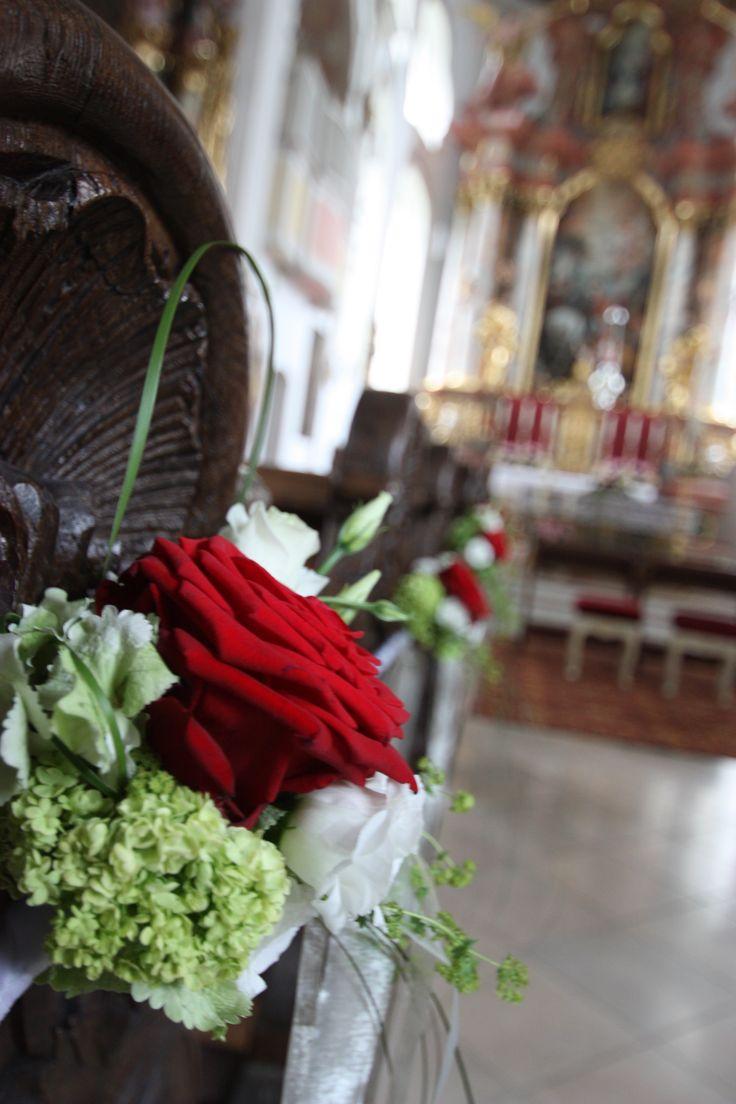 Bank-Dekoration mit roten Rosen zur Hochzeit in der St.-Martins-Kirche ...