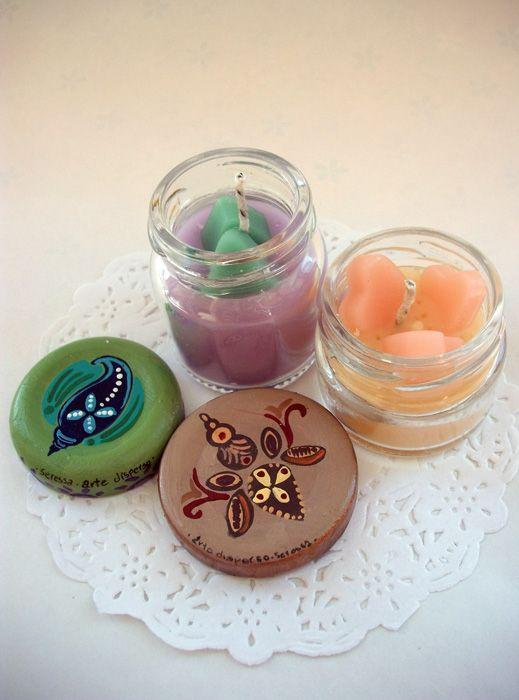 Velas en recipientes de vidrio con tapas pintadas a mano. No disponibles. #velas #hechoamano #piezasunicas