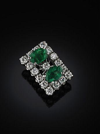 128320. PÄRLAVKORTARE, 18 kt vitguld, med 2 smaragder (D2) och 17 briljanter ca 1.20 ct. – Auctionet