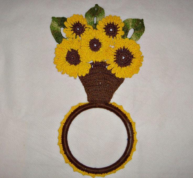 modelindo com girasóis de crochê amarelo com marrom e verde
