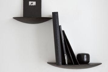 北欧デザインのキノコがモチーフとなったmenuの壁付けシェルフ、gridy fungi shelf。シンプルでシックな無垢材の棚で、好きな場所に飾り棚を増やすことができます。
