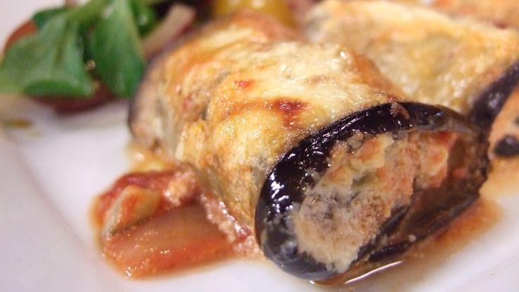 Squash, hvitløk, timian, cottage cheese, parmesan og egg skal blandes godt og rulles inn i lange aubergineskiver. Sammen med en god tomatsaus og en saus med crème fraîche skal alt gratineres i ovnen. Gled deg til Lises vidunderlige aubergineruller.