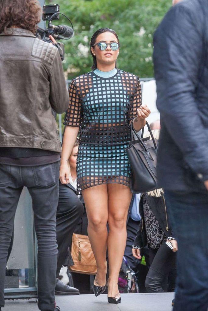Demi Lovato – Leaving her hotel in Paris : Global Celebrtities (F) FunFunky.com