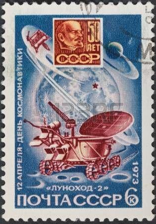 URSS - CIRCA 1973: Un timbre imprim� en URSS montre d'abord le transport Lunokhod 2 sur surface de la Lune, vers 1973 photo