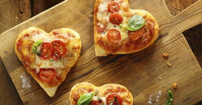 Recette de Mini pizzas tomate-basilic pour la Saint-Valentin. Facile et rapide à réaliser, goûteuse et diététique.