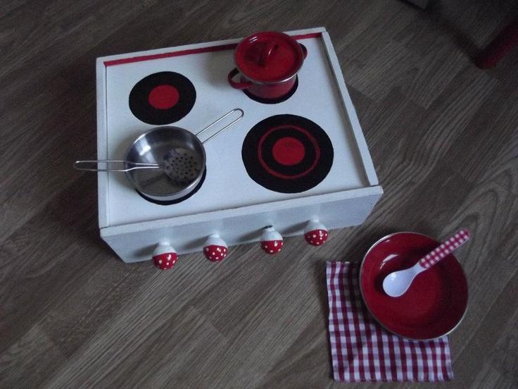 Cocinita hecha con una caja de vinos de madera.