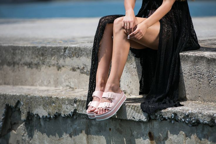 Flat slingback sliders with upper strassy details. Adjustable strap with buckle fastening in the upper. Contrasting coloured sole. Sole 4,5 cm. https://www.modaboom.com/pantofla-me-chruses-leptomereies.html
