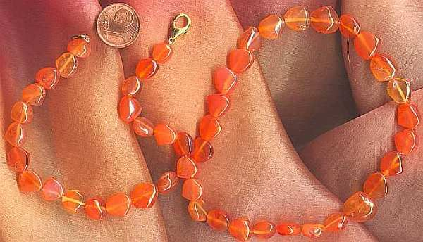 Karneol, Edelstein der Hilfsbereitschaft und des Idealismus. Karneol ist für Frühlingstypen und Herbsttypen geeignet. Orange als Farbe steht für Optimismus, Heiterkeit, Erfolg, Grosszügigkeit, Zufriedenheit und Lebensenergie...  #Frauensteine #Frühlingstyp #Glücksstein #Heilstein #Jungfrau #orange #Sternzeichen #Stier #Widder #Zwilling