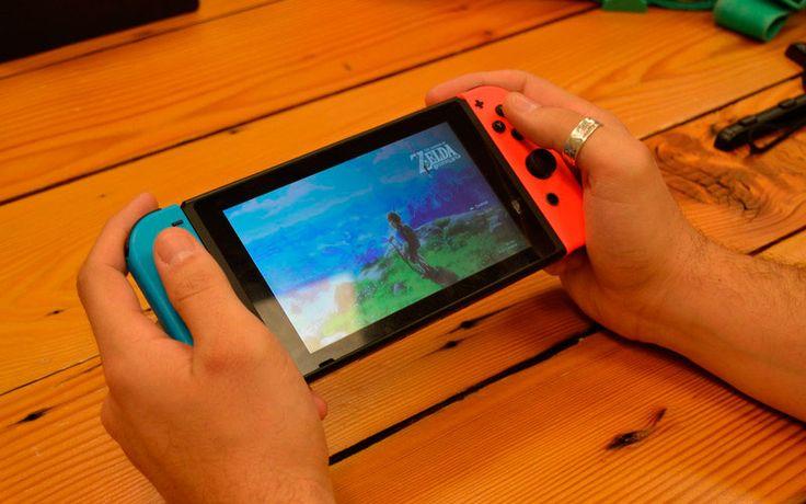 Nintendo Switch - гибридная игровая консоль, может подключаться к телевизору как PS 4, или использоваться в качестве портативного устройства