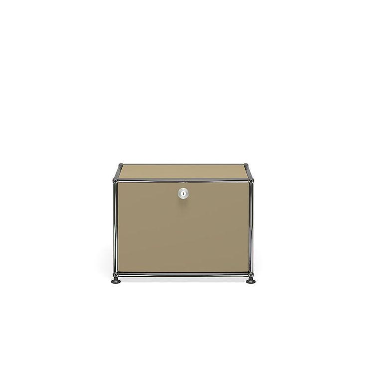 Der USM Haller Nachttisch in einer neuen, schlichteren Ausführung. Mit diesem Nachttisch mit einer Klapptüre fügen Sie Ihrem Schlafzimmer ein Stück Designgeschichte hinzu: Das System Haller ist im MoMA in New York vertreten.